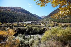 Village en montagnes Images stock