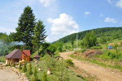 Village en montagnes carpathiennes Image stock