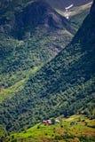 Village en montagnes couvertes de forêts Photographie stock