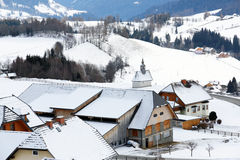 Village en montagnes neigeuses Photographie stock libre de droits