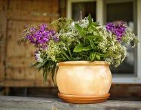 village extérieur de maison de village de fenêtre en gros plan de bouquet de fleur de pot d'argile Photos libres de droits