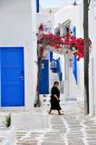 Village grec blanc et bleu typique sur l'île de Mykonos Images stock