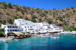Village grec de littoral de Loutro, Crète Image stock