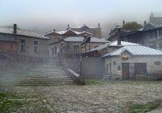 Village grec de traditiona de Nymphaeon en brouillard Image stock