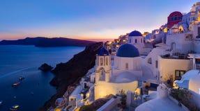 Village grec traditionnel d'Oia au crépuscule, île de Santorini, Grèce Image stock