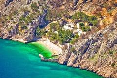 Village idyllique de plage et de pierre sur la falaise de la montagne de Biokovo Images stock