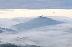 Village italien brumeux de dessus de côte Images stock