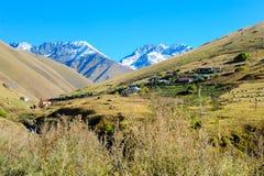 Village Juta au milieu des montagnes de Caucase georgia Photographie stock