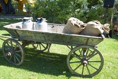 village Le chariot avec des boîtes de lait images stock