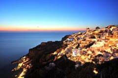 Village lumineux d'Oia au coucher du soleil sur l'île de Santorini Images libres de droits