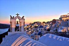 Village lumineux d'Oia au coucher du soleil sur l'île de Santorini Photo stock