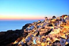 Village lumineux d'Oia au coucher du soleil sur l'île de Santorini Photographie stock