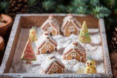 Village mignon et doux de pain d'épice de Noël avec le bonhomme de neige et les arbres Image stock