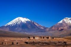 Village minuscule sous le volcan de Nevado Sajama photographie stock