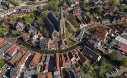 Village néerlandais historique aérien Maasland avec l'église centrale et canal courbant autour photographie stock libre de droits