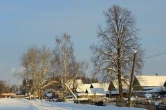 village Neige-couvert avec un toit triangulaire sur Photo libre de droits