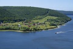 village par la rivière Image stock