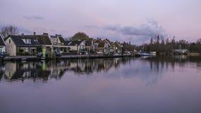 Village par le canal avec des réflexions image stock