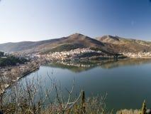Village par le lac Image libre de droits
