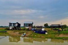 Village pauvre par la rivière cambodgienne photos stock