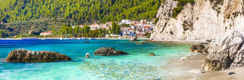 Village pittoresque néo- plage de Klima et de Hovolos Sporades, Grèce photos stock
