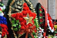 VILLAGE POLTAVA 9 mai 2015 : Les fleurs étendues au monument en l'honneur de Victory Day le 9 mai Images stock