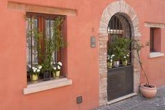 Village, porte de fenêtre et fleurs italiens antiques Photographie stock libre de droits