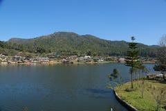 Village près d'un lac sur la montagne Images libres de droits