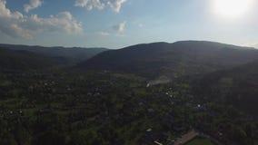 Village près de vue de Forest And River Aerial Circular clips vidéos