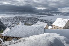 Village Rasnov de conte de fées d'hiver petit en Roumanie photographie stock