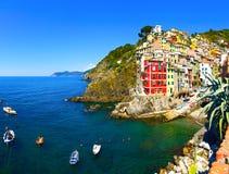 Village, roches, bateaux et mer de Riomaggiore au coucher du soleil Cinque Terr Photo libre de droits