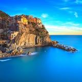 Village, roches et mer de Manarola au coucher du soleil. Cinque Terre, Italie Photos libres de droits
