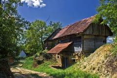 Village rural avec les cottages en bois Images libres de droits