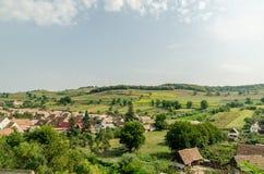 Village rural dans la vue aérienne de montagnes carpathiennes photographie stock libre de droits