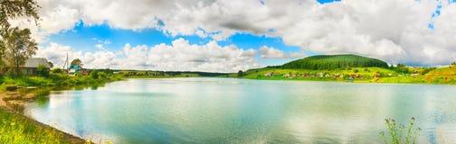 Village russe au bord de lac Photographie stock