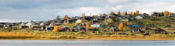 Village russe sur une côte au-dessus du fleuve photographie stock libre de droits