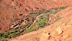 Village situ? dans la gorge des montagnes des montagnes d'atlas au Maroc photos libres de droits