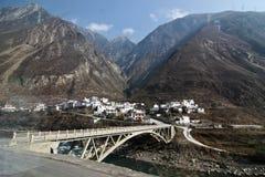 Village sous la montagne Image libre de droits