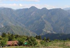 Village sous la montagne images libres de droits