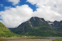 Village sous la montagne en été Lofoten Image stock