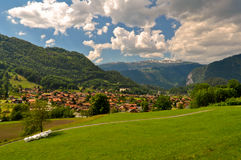 Village suisse en montagnes photo stock