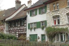 Village suisse idyllique, avec le travail, les volets, et les flowerboxes en bois Image stock