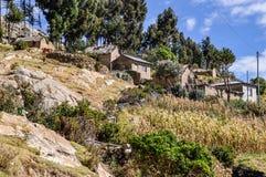 Village sur Isla del Sol sur le Lac Titicaca en Bolivie Photographie stock libre de droits