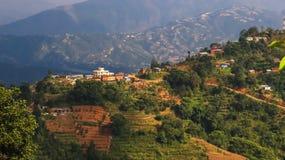 Village sur une colline au Népal images libres de droits