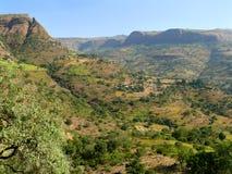 Village éthiopien dans la vallée des montagnes. L'Afrique. Photos libres de droits