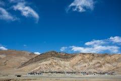 Village tibétain typique sur la route d'amitié Image libre de droits