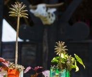 Village traditionnel en Tana Toraja, Sulawesi du sud, Indonésie Le bateau de Tipical a formé des toits et le bois a découpé des g photos stock