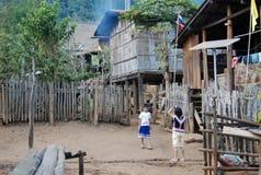 Village tribal rouge traditionnel de Lahu, Thaïlande du nord Images stock