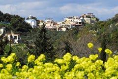Village vers le haut sur la côte Image stock