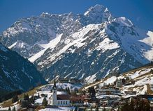 VILLAGE_IN_WINTER_MOUNTAIN Fotografie Stock Libere da Diritti